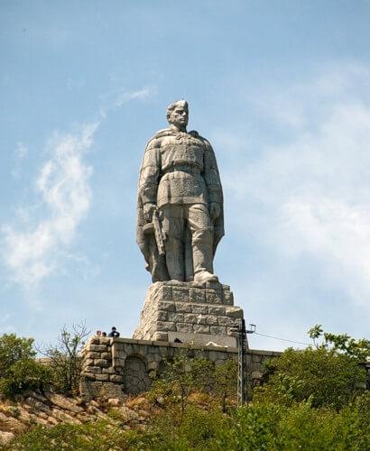 Стоит над горою Алеша в Болгарии